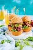 Hamburgers délicieux frais sous la forme du football du football, photographie stock libre de droits