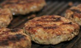 Hamburgers délicieux sur le gril photo stock