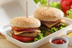 Hamburgers dans un récipient Photo libre de droits