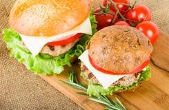 Hamburgers de blé et de seigle sur le conseil en bois Images stock