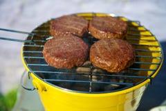 Hamburgers de boeuf sur un BBQ Images libres de droits