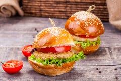 Hamburgers de poulet Photographie stock libre de droits