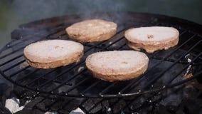 Hamburgers die op een barbecue koken stock videobeelden