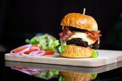 Hamburgers en Frieten op het houten dienblad stock fotografie