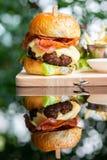 Hamburgers en Frieten op het houten dienblad stock afbeeldingen
