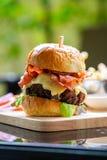 Hamburgers en Frieten op het houten dienblad royalty-vrije stock foto's
