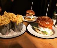 Hamburgers en gebraden gerechten Royalty-vrije Stock Foto's