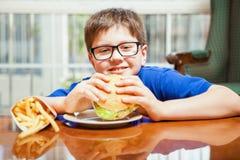 Hamburgers et fritures d'amour d'enfants Images libres de droits