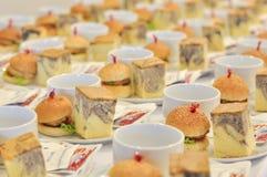 Hamburgers et morceau de gâteaux de marbre pour le repas après interruption de mee images stock