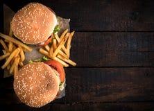 Hamburgers et pommes frites de boeuf Images libres de droits