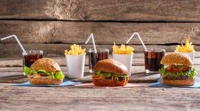 Hamburgers et verres avec le kola photo stock