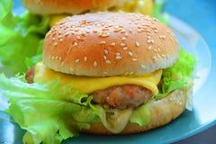 Hamburgers faits à la maison avec de la salade, le fromage et l'oignon image libre de droits