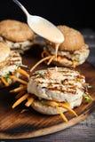 Hamburgers faits maison de style thaïlandais sur la planche à découper images stock