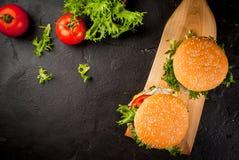 Hamburgers fraîchement faits maison photos stock