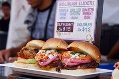 Hamburgers gastronomes en vente à un festival de nourriture images stock