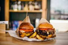 Hamburgers grillés frais et sur la table images libres de droits