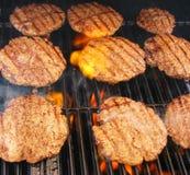 Hamburgers grillés par flamme Photographie stock libre de droits