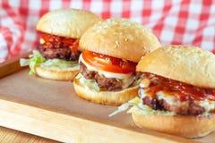 Hamburgers juteux de boeuf photographie stock
