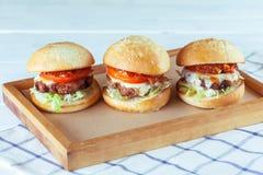 Hamburgers juteux de boeuf image stock