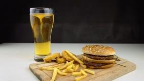 Hamburgers met bier en gebraden gerechten stock videobeelden
