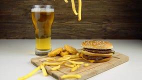 Hamburgers met bier en gebraden gerechten stock video
