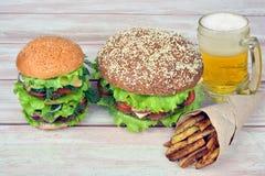 Hamburgers met een glas bier en frieten Stock Afbeelding
