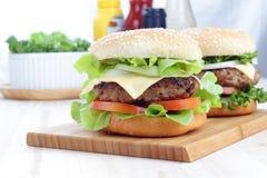 Hamburgers op een houten raad Royalty-vrije Stock Afbeelding