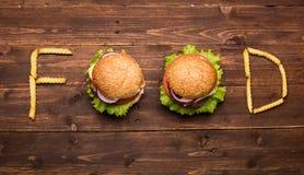 Hamburgers savoureux avec des drapeaux image libre de droits