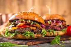 Hamburgers savoureux sur la table en bois Photographie stock
