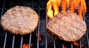 Hamburgers savoureux sur le barbecue Photos libres de droits