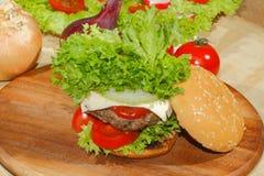 Hamburgers, snel voedsel, hamburger, hamburgerlapje vlees, sla, tomaat, Royalty-vrije Stock Foto