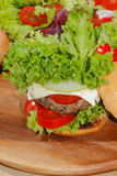 Hamburgers, snel voedsel, hamburger, hamburgerlapje vlees, sla, tomaat, Royalty-vrije Stock Fotografie