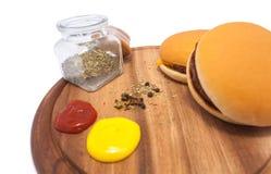 Hamburgers sur le fond blanc et la table en bois Photographie stock