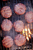 Hamburgers sur le gril Photographie stock