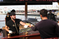 Hamburgers turcs de poissons dans Eminonu Photo stock