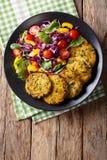 Hamburgers végétariens de quinoa avec des épinards, des carottes et la salade fraîche Photos libres de droits
