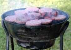 Hamburgers, worsten het roosteren. Royalty-vrije Stock Afbeeldingen