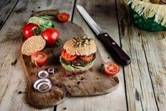 Hamburgeru i Całej banatki chleb zdjęcia stock