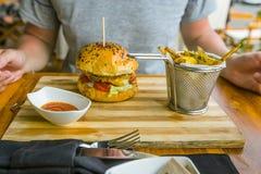 Hamburgeru i francuza dłoniaki w restauraci obraz royalty free