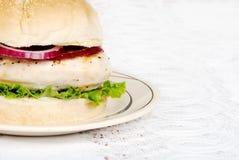 hamburgeru kurczaka zbliżenie piec na grillu obrazy royalty free