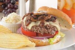 Hamburgeru pieczarkowy szwajcarski zbliżenie Obrazy Stock