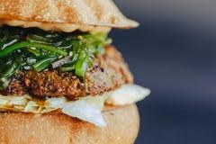 Hamburgervlieger Kaashamburger met geroosterde vlees, kaas, salade en uiringen Close-up van heerlijk vers huis gemaakt tot hambur stock foto's