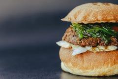 Hamburgervlieger Kaashamburger met geroosterde vlees, kaas, salade en uiringen Close-up van heerlijk vers huis gemaakt tot hambur royalty-vrije stock foto's