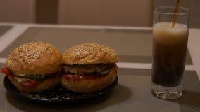 hamburgery Hamburger i kola Dolewanie soda w szkle lub kola Fast food Szybkie Żarcie zbiory