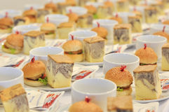 Hamburgery i kawałek marmurowi torty dla posiłku po przerwy mee obrazy stock