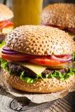 Hamburgery i szkło piwo fotografia stock