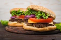 Hamburgery na drewnianym stole Zdjęcie Stock