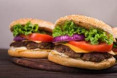 Hamburgery na drewnianym stole Obraz Stock