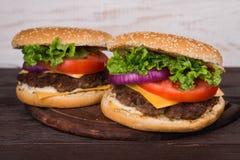 Hamburgery na drewnianym stole Zdjęcia Stock