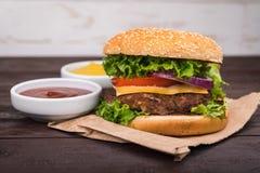 Hamburgery na drewnianym stole Obraz Royalty Free